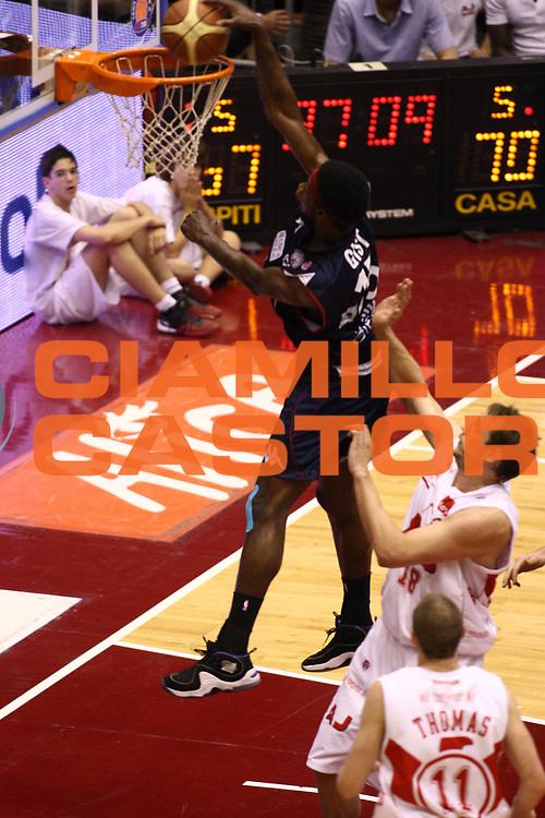 DESCRIZIONE : Milano Lega A 2008-09 Playoff Semifinale Gara 1 Armani Jeans Milano Angelico Biella<br /> GIOCATORE : James Gist<br /> SQUADRA : Angelico Biella<br /> EVENTO : Campionato Lega A 2008-2009<br /> GARA : Armani Jeans Milano Angelico Biella<br /> DATA : 29/05/2009<br /> CATEGORIA : schiacciata sequenza <br /> SPORT : Pallacanestro<br /> AUTORE : Agenzia Ciamillo-Castoria/C.De Massis