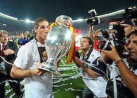 FUSSBALL EUROPAMEISTERSCHAFT 2008  Deutschland 0-1  Spanien    29.06.2008 JUBEL ESP,Sergio Ramos (li) kuesst den EURO Pokal, Coupe Henri Delaunay fuer die Fotografen