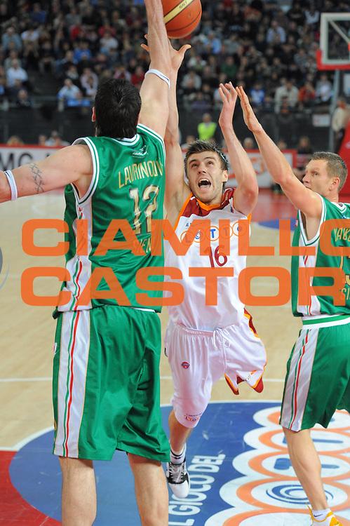 DESCRIZIONE : Roma Lega A 2010-11 Lottomatica Virtus Roma Montepaschi Siena<br /> GIOCATORE : Menanja Gordic<br /> SQUADRA : Lottomatica Virtus Roma Montepaschi Siena<br /> EVENTO : Campionato Lega A 2010-2011 <br /> GARA : Lottomatica Virtus Roma Montepaschi Siena<br /> DATA : 16/01/2011<br /> CATEGORIA : Tiro<br /> SPORT : Pallacanestro <br /> AUTORE : Agenzia Ciamillo-Castoria/GiulioCiamillo<br /> Galleria : Lega Basket A 2010-2011 <br /> Fotonotizia : Roma Lega A 2010-11 Lottomatica Virtus Roma Montepaschi Siena<br /> Predefinita :