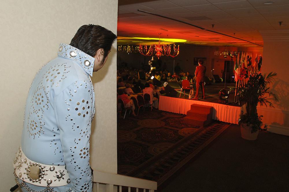 USA Nordamerika Memphis Tennessee Images of the King Contest ..About 70 international Elvis inpersonators perform 5 nights at the annual Images of the King Contest in Memphis Tennessee the audience is mostly female Toki Toyokazu checks out the stage(Japan)..Elvis Wettbewerb 2006 jedes Jahr im August singen ca  70 internationale Elvis Interpreten 5 Tage lang in Memphis um die Wette Das Publikum besteht vorwiegend aus Frauen Toki Toyokazu (Japan) schaut sich die Buehne an.