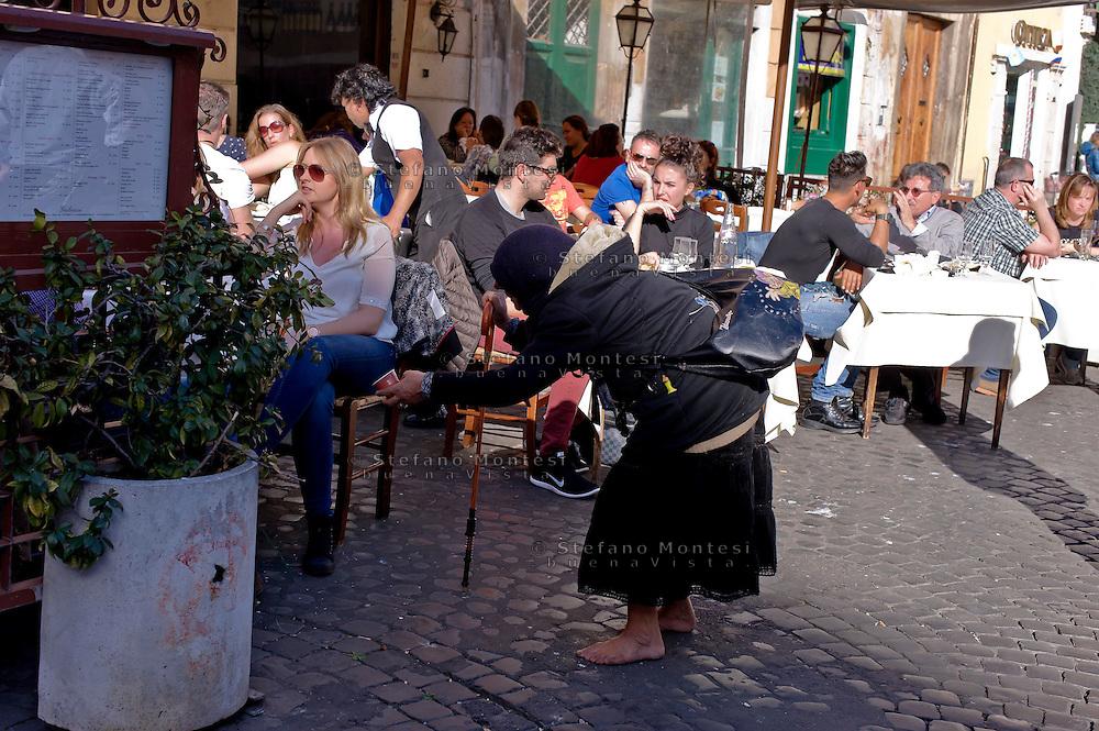 Roma 3 Febbraio 2015<br /> Una donna Rom chiede l'elemosina  a Piazza Santa Maria in Trastevere.<br /> Rome February 3, 2015<br /> A roma woman asks for alms in the Piazza Santa Maria in Trastevere.