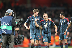 19.02.2014, Emirates Stadion, London, ENG, UEFA CL, FC Arsenal vs FC Bayern Muenchen, Achtelfinale, im Bild l-r: Schlussjubel, freude, bejubelt, emotionen, feier, jubelnd, jubeln, freuen, applaudieren, Applaus, applaudiert, Emotion, Ehrenrunde, Thomas MUELLER #25 (FC Bayern Muenchen), RAFINHA #13 (FC Bayern Muenchen) schauen, die TV Kamera // during the UEFA Champions League Round of 16 match between FC Arsenal and FC Bayern Munich at the Emirates Stadion in London, Great Britain on 2014/02/19. EXPA Pictures © 2014, PhotoCredit: EXPA/ Eibner-Pressefoto/ Kolbert<br /> <br /> *****ATTENTION - OUT of GER*****