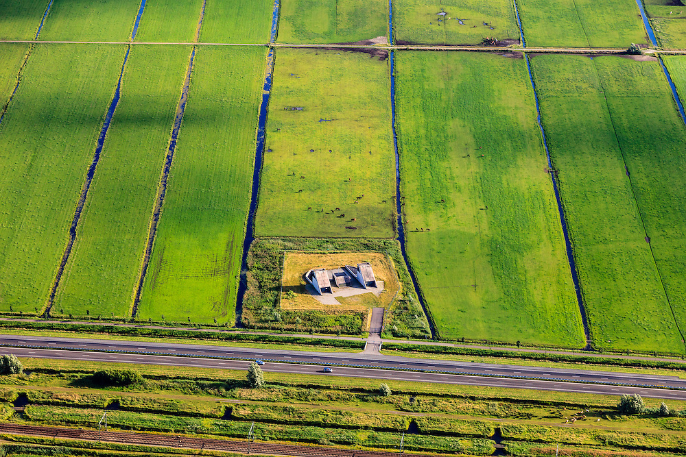 Nederland, Zuid-Holland, Zoeterwoude, 15-07-2012; Polder Groenedijk, N11 met spoorlijn naar Alphen aan den Rijn. Naast de autoweg de vluchtschacht - nooduitgang - van de boortunnel onder Het Groene Hart van de HSL..Polder. The flight shaft - emergency exit - of the drilled tunnel of the HST under the Green Heart next to the motorway..luchtfoto (toeslag), aerial photo (additional fee required).foto/photo Siebe Swart