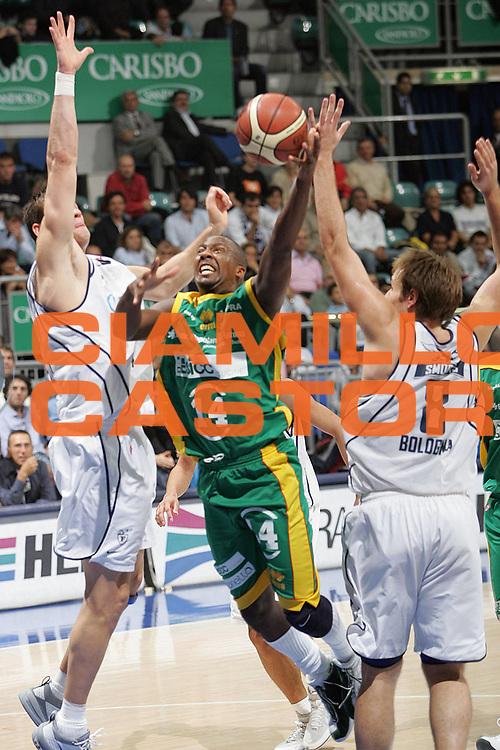 DESCRIZIONE FOTO : BOLOGNA CAMPIONATO ITALIANO LEGA A1 2004-2005<br /> GIOCATORE : IVORY<br /> SQUADRA : SICC JESI<br /> EVENTO : CAMPIONATO ITALIANO LEGA A1 2004-2005<br /> GARA: CLIMAMIO BOLOGNA-SICC JESI<br /> DATA : 24/10/2004<br /> CATEGORIA DELLA FOTO : TIRO<br /> CATEGORIA SPORT : Pallacanestro-Basketball<br /> AUTORE: Agenzia Ciamillo &amp; Castoria/S.Silvestri
