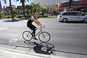 In Las Vegas rijdt een man op een fiets over de Las Vegas Boulevard.<br />