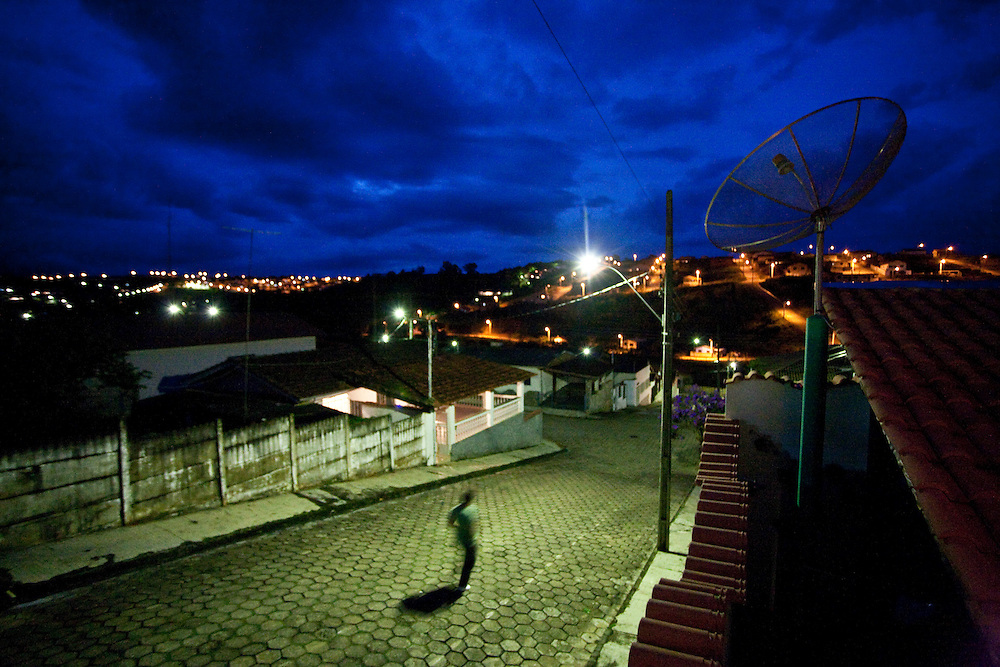 Paraguacu_MG, Brasil...Imagem noturna da cidade de Paraguacu, no sul do estado de Minas Gerais...Night scene in the Paraguacu town, it is in the south of Minas Gerais...Foto: JOAO MARCOS ROSA / NITRO