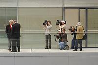 16 OCT 2002, BERLIN/GERMANY:<br /> Hans-Christian Stroebele (L), MdB, B90/Gruene, und Rezzo Schlauch (2.v.L.), MdB, B90/Gruene, ehem. Fraktionsvorsitzender, werden waehrend einem gespraech gefilmt und fotografiert, Deutscher Bundestag<br /> IMAGE: 20021016-02-027<br /> KEYWORDS: Gespräch, Fotografen, Fotograf, Camera, kamera, Kameramann, Journalisten