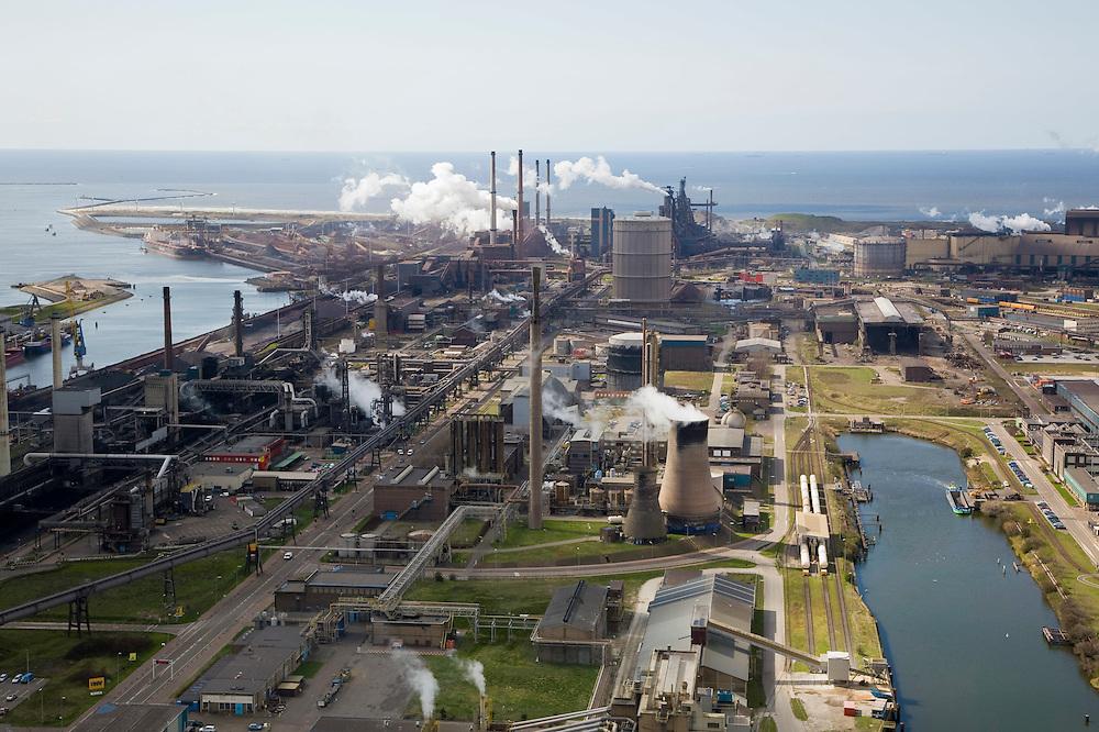 Nederland, Noord-Holland, Velsen, 16-04-2008; zicht op het terrein van Corus (voorheen Hoogovens), met links een van de cokesfabrieken; middenplan de gashouder (voor het gas wat bij de kooks fabricage vrijkomt) en daarachter de eigenlijke hoogovens; in de voorgrond een koeltoren met stoom;  thermische vervuiling;.Corus steel industry, formely Hoogovens, part of the Tata Steel Group and produces hot-rolled, cold-rolled and metallic-coated steels; steel, iron, coke, ore, coal, cokes, chimney, blast furnaces...  .luchtfoto (toeslag); aerial photo (additional fee required); .foto Siebe Swart / photo Siebe Swart