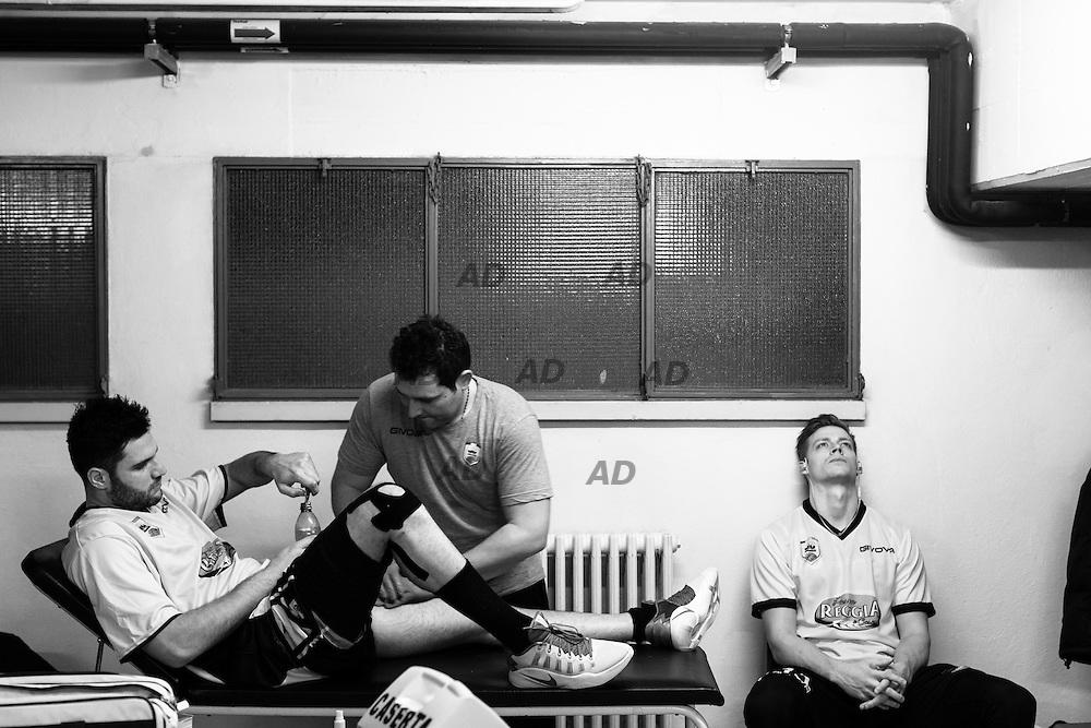 Marco Giuri si fa massaggiare dal fisioterapista Donato Eremita nello spogliatoio prima dell'inizio della partita. A destra Gaddefors Viktor<br /> Caserta &egrave; l&rsquo;unica citt&agrave; del sud a vantare un titolo nella pallacanestro agli inizi degli anni 90, al tempo Phonola Caserta, oggi Pasta Reggia Caserta. Dopo essere praticamente scomparsa alla fine degli anni 90 &egrave; ricomparsa nel 2003 iscrivendosi in serie B e nel 2008 &egrave; tornata in serie A.<br /> Dopo cinque sconfitte consecutive la Pasta Reggio di Caserta vince a Reggio Emilia un incontro intenso e vibrante al termine del tempo supplementare. A 30&rdquo; dalla fine era sotto di tre punti, Prima Putney fa un canestro da 3 punti e poi a 2&rdquo; il nuovo arrivato Diawara segna il punto della vittoria.