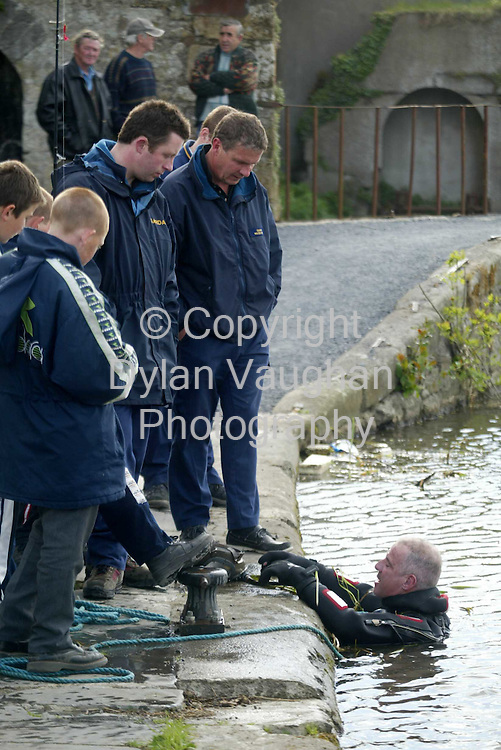 15/5/2002.A Garda diver pictured at the bank of the river Barrow yesterday during the search for the second body..Picture Dylan Vaughan
