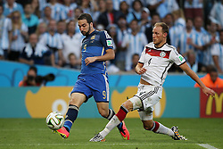 13.07.2014, Maracana, Rio de Janeiro, BRA, FIFA WM, Deutschland vs Argentinien, Finale, im Bild vl.: Gonzalo Higuain (ARG) gegen Benedikt Hoewedes (GER) // during Final match between Germany and Argentina of the FIFA Worldcup Brazil 2014 at the Maracana in Rio de Janeiro, Brazil on 2014/07/13. EXPA Pictures © 2014, PhotoCredit: EXPA/ Eibner-Pressefoto/ Cezaro<br /> <br /> *****ATTENTION - OUT of GER*****