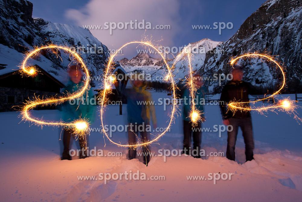 THEMENBILD - Silvester 2011, vier Jugendliche mahlen mit Wunderkerzen den Schriftzug 2012 beim Lucknerhaus im Kalser Ködnitztal, im Hintergrund der Großglockner, mit 3798m höchster Berg Österreichs, Illustration zum Jahreswechsel 2011/2012, aufgenommen am 25.12.2011. EXPA Pictures © 2011, PhotoCredit: EXPA/ Johann Groder ..***** ACHTUNG - SPERRFRIST BIS 31.12.2011 *****