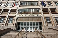 Bari 25 aprile 2013.Risale al 1967 l'anno in cui gli Uffici Giudiziari di Bari vennero allocati nella struttura sita in Piazza Enrico De Nicola, attualmente occupata, relativamente agli Uffici di Tribunale, dalle cancellerie civili, dalle esecuzioni civili, dalla sezione lavoro e dagli uffici amministrativi, mentre, a far data dal 2001, gli uffici penali risultano essere stati trasferiti in altra struttura sita in Via Nazariantz..Al di là però della datazione storica dell'attuale palazzo di giustizia, può ben dirsi che oltremodo travagliata risulta essere stata, nelle epoche passate, la storia, più in generale, della Corte di Appello di Bari che fu inaugurata nel vecchio Palazzo di Giustizia il 1° ottobre 1923.?L'edificio, ubicato nella piazza Cesare Battisti, era ad un solo piano, adibito a scuola elementare.?Il secondo piano fu costruito proprio per unificare gli Organi Giudiziari. Infatti al secondo piano, trovò collocazione il Tribunale Circondariale, trasferito da via Cairoli n. 3 (Palazzo Municipale), mentre la Pretura fu sistemata al piano terra e la Corte al primo piano..