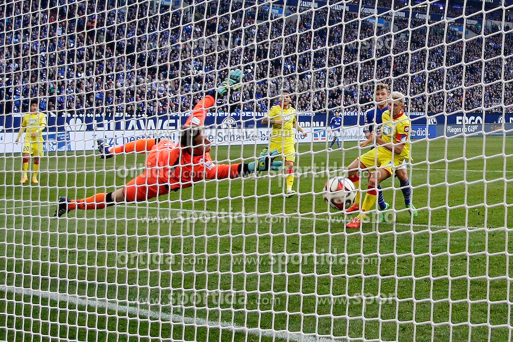 07.03.2015, Veltins Arena, Gelsenkirchen, GER, 1. FBL, Schalke 04 vs TSG 1899 Hoffenheim, 24. Runde, im Bild Max Meyer (FC Schalke 04 #7) mit dem Tor zum 2:0 gegen Torwart Oliver Baumann (TSG 1899 Hoffenheim #1) und Kapitaen Andreas Beck (TSG 1899 Hoffenheim #2) // during the German Bundesliga 24th round match between Schalke 04 and TSG 1899 Hoffenheim at the Veltins Arena in Gelsenkirchen, Germany on 2015/03/07. EXPA Pictures &copy; 2015, PhotoCredit: EXPA/ Eibner-Pressefoto/ Schueler<br /> <br /> *****ATTENTION - OUT of GER*****