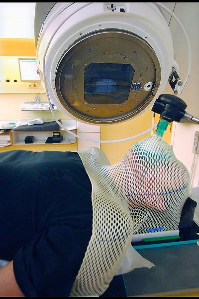Nederland, Nijmegen, 13-12-2006Patient ligt klaar voor bestralingsbehandeling met een lineaire versneller op de afdeling radiotherapie van het UMC Radboud. Wachtlijsten. gezondheidszorg. Automatisering, ziekenhuis. Bestralen, kanker, nucleiare geneeskundeFoto: Flip Franssen