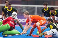 BHUBANESWAR (India) - Mirco Pruijser stuit op de Pakistaanse keeper Imran Butt tijdens de kwartfinale westrijd in de Champions Trophy Hockey tussen de mannen van Nederland en Pakistan. ANP KOEN SUYK