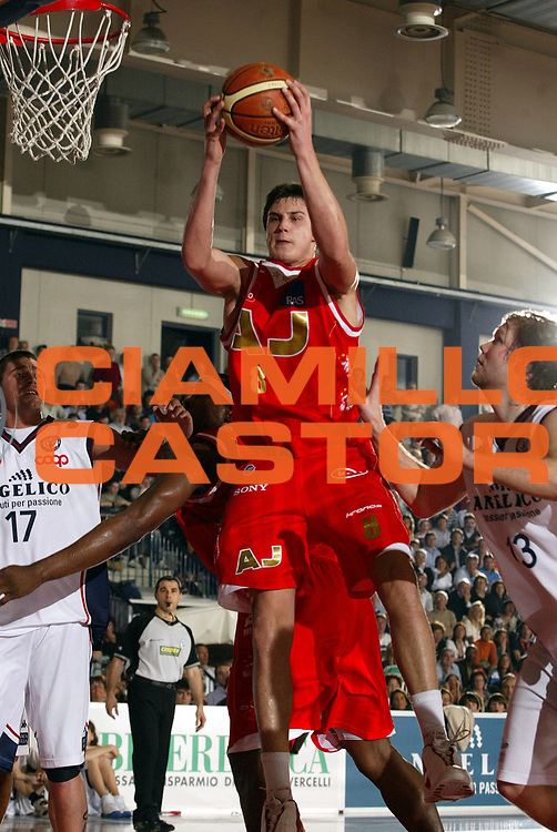 DESCRIZIONE : Biella Lega A1 2006-07 Angelico Biella Bipop Armani Jeans Milano<br /> GIOCATORE : Gallinari<br /> SQUADRA : Armani Jeans Milano<br /> EVENTO : Campionato Lega A1 2006-2007<br /> GARA : Angelico Biella Armani Jeans Milano<br /> DATA : 18/03/2007<br /> CATEGORIA : Rimbalzo<br /> SPORT : Pallacanestro<br /> AUTORE : Agenzia Ciamillo-Castoria/E.Pozzo