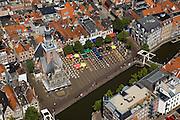 Nederland, Noord-Holland, Almaar, 14-07-2008; Waag omgeven door terrassen met parasols, op het Waagplein wordt op vrijdag in het seizoen de wekelijkse toeristische kaasmarkt gehouden; toeristische attractie, Waaggebouw, gouda, kaasdrager*.terras; teorisme. .luchtfoto (toeslag); aerial photo (additional fee required); .foto Siebe Swart / photo Siebe Swart