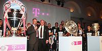 Fussball  DFB  POKAL  FINALE  SAISON  2012/2013     Champions Party des FC Bayern Muenchen nach dem Gewinn des DFB Pokal und Triple         02.06.2013 Gruppenbild mit CHL Pokal, Meisterschale und DFB Pokal; Vorstandsvorsitzender Karl Heinz Rummenigge (li) und Praesident Uli Hoeness