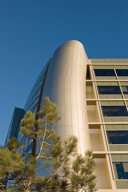 The new wing of Sharp Hospital, San Diego was designed by NBBJ and completed in January of 2009. The addition contains NBBJ's trademark modern references: it's sleek and futuristic.