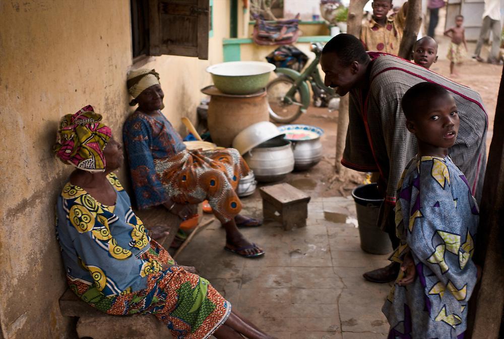 After the Gaani. Prince Moussa Atta greets his mother and grandmother.<br />  <br /> Apr&egrave;s la f&ecirc;te de la Gaani. Le prince Moussa Atta salue sa m&egrave;re et sa grandm&egrave;re.