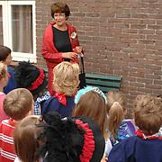 NLD/Huizen/20070620 - Juf Ineke Groothof onthult schoolplein bord met haar naam Konininging Wilhelminaschool Huizen
