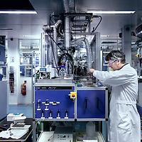 Nederland, Amsterdam , 20 december 2011..Het Amsterdamse bedrijf Avantium gaat frisdrankflessen produceren voor Coca-Cola. Beide bedrijven hebben hiervoor een overeenkomst gesloten. ..Avantium, dat zijn laboratorium heeft bij station Sloterdijk en een fabriek in Geleen, ontwikkelt een nieuwe generatie plastic flessen. Vanaf 2015 kan Coca-Cola zijn frisdranken verkopen in flessen van Amsterdamse makelij. ..De frisdrank van Coca-Cola zit in de plastic PET-flessen. Avantium werkt aan de ontwikkeling van de zogenoemde PEF-fles. Het Amsterdamse bedrijf produceert hiervoor de korrels, waaruit vervolgens flessen kunnen worden geblazen..Foto:Jean-Pierre Jans