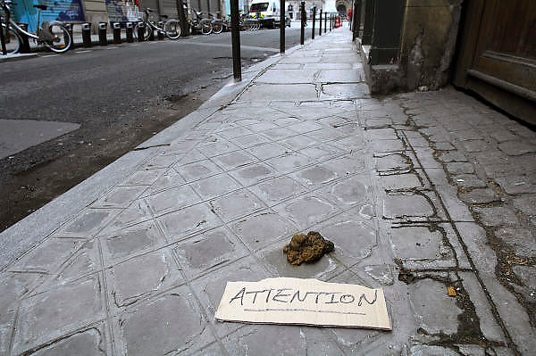 Frankrijk, Parijs, 28-3-2010Iemand heeft op een stuk karton een waarschuwing geschreven voor voetgangers op het trottoir vanwege een grote hondendrol die daar ligt.Foto: Flip Franssen/Hollandse Hoogte