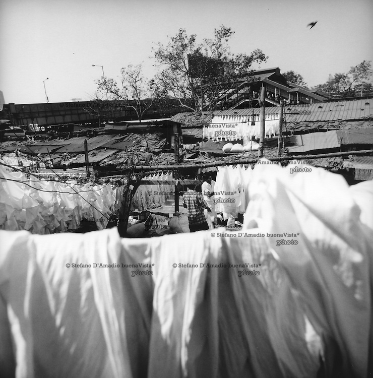 Lavandai dobhi stendono panni (se ne calcolano pi&ugrave; di 10000 al giorno)<br /> <br /> washerman dhobi stretch cloths (they estimate more than 10,000 per day)