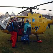 Melding auto te water Oostermeent Noord, Life Line One, helicopter, arts, spoedarts, piloot