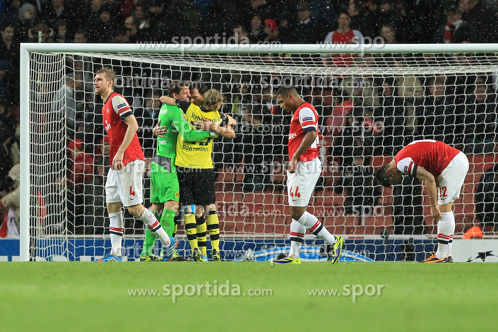 22.10.2013, Emirates Stadium, London, ENG, UEFA CL, FC Arsenal vs Borussia Dortmund, Gruppe F, im Bild Torwart Roman Weidenfeller #1 (Borussia Dortmund), Nuri Sahin #18 (Borussia Dortmund), Marcel Schmelzer #29 (Borussia Dortmund) liegen sich vor Freude nach dem Sieg, den Armen mit Per Mertesacker #4 (Arsenal FC), Serge Gnabry #44 (Arsenal FC), Olivier Giroud #12 (Arsenal FC) enttaeuscht, niedergeschlagen, traurig, Emotion // during the UEFA Champions League group F match between Arsenal FC and Borussia Dortmund at the Emirates Stadium in London, Great Britain on 2013/10/23. EXPA Pictures © 2013, PhotoCredit: EXPA/ Eibner-Pressefoto/ Schueler<br /> <br /> *****ATTENTION - OUT of GER*****