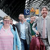 Zwitserland, Winterthur, 15 juli 2015.,<br /> Arriva gaat met de trein naar Zwitserland. Meemogen naast een aantal bobo's ook treinpassagiers die zich op de site van Arriva hadden aangemeld. De bedoeling is dat deze reizigers en daar moet natuurlijk ook de nadruk op liggen in Zwitserland in treintoestellen allerlei dingen , zoals stoelen en andere zaken gaan testen en beoordelen.<br /> Op de foto: Algemeen directeur Anne Hettinga begeleidt deze reizigers op het perron van Zurich naar de bus die hen naar het Park hotel in Winthertur zal brengen.<br /> <br /> <br /> Foto: Jean-Pierre Jans
