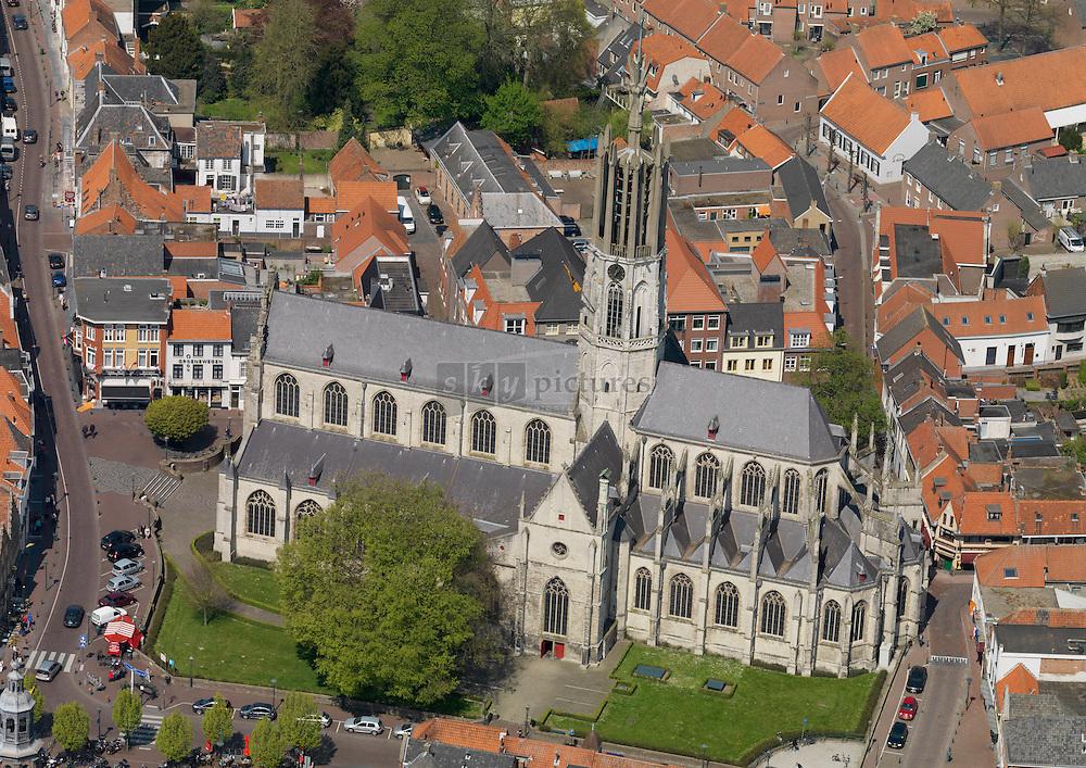Sint Willibrordus Basiliek in Hulst uit 1535 met hebouwde torenspits uit 1957