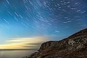 Mulevika by night, Herøy, Norway. Long exposure, with startrails | Nattbilde fra Mulevika, Herøy, Norge. Lang eksponering, med stjernespor.