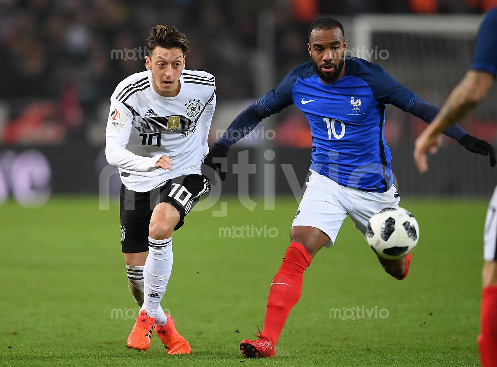 FUSSBALL  INTERNATIONAL TESTSPIEL  IN KOELN   Deutschland - Frankreich        14.11.2017 Mesut Oezil (li, Deutschland) gegen Alexandre Lacazette (re, Frankreich)