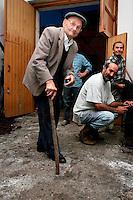 Il vecchietto, proprietario della cantina mi mostra dove avviene la trasformazione del mosto in vino; molto spesso le vasche dove veniva confluito il mosto si trovavano sotto il pavimento delle cantine.