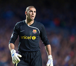 LONDON, ENGLAND - Wednesday, May 6, 2009: Barcelona's goalkeeper Victor Valdes in action against Chelsea during the UEFA Champions League Semi-Final 2nd Leg match at Stamford Bridge. (Photo by David Rawcliffe/Propaganda)