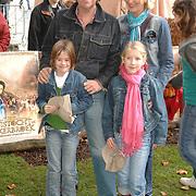 NLD/Rotterdam/20061112 - Premiere Kruistocht in Spijkerbroek, Henkjan Smits, partner Petra Morselt en dochter en vriendinnetje