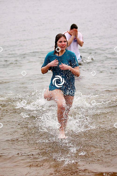 WELLSEIND - Bij het Strandbad is een Oudejaarsduik van de World Servants Groep Bommelerwaard. Deze mensen gaan komende zomer naar Afrika om daar mee te helpen met de bouw van scholen, huizen, latrines en schoonwatervoorzieningen. Ze moeten ongeveer 15.000 euro inzamelen. FOTO LEVIN DEN BOER - PERSFOTO.NU