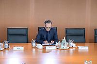 04 MAR 2020, BERLIN/GERMANY:<br /> Heiko Maas, SPD, Bundesaussenminister, liest etwas auf seinem Smartphone, vor Beginn der Kabinettsitzung, Bundeskanzleramt<br /> IMAGE: 20200304-01-001<br /> KEYWORDS: Kabinett, Sitzung