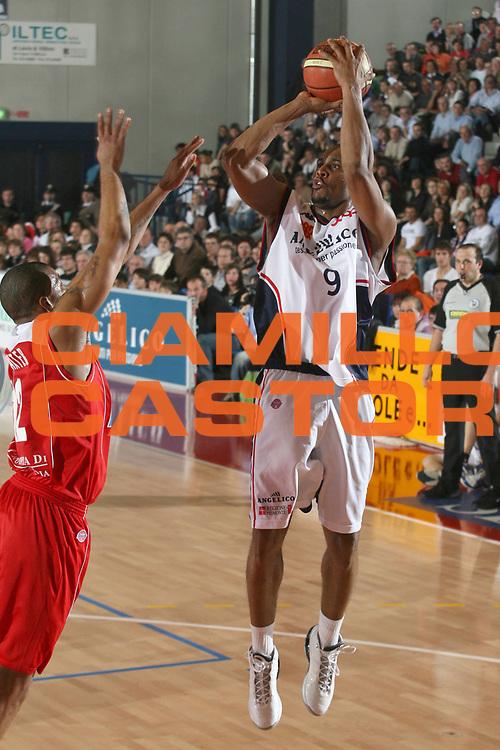 DESCRIZIONE : Biella Lega A1 2006-07 Angelico Biella Bipop Carire Reggio Emilia<br /> GIOCATORE : Thomas<br /> SQUADRA : Angelico Biella<br /> EVENTO : Campionato Lega A1 2006-2007<br /> GARA : Angelico Biella Bipop Carire Reggio Emilia<br /> DATA : 04/03/2007<br /> CATEGORIA : Tiro<br /> SPORT : Pallacanestro<br /> AUTORE : Agenzia Ciamillo-Castoria/S.Ceretti