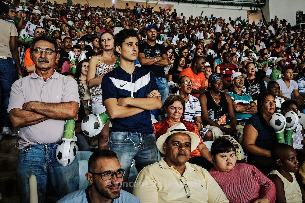 "Reopening and test of the new Maracanã: construction workers and their families are invited to a meeting of retired players' friends of Ronaldo versus friends of Bebeto "". The stadium is tested at a third of its capacity."