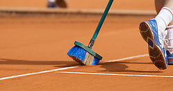MONTE-CARLO, MONACO - Thursday, April 24, 2008: A groundsman brushes the clay dust away from the line markings during the third round of the Masters Series Monte-Carlo at the Monte-Carlo Country Club. (Photo by David Rawcliffe/Propaganda)