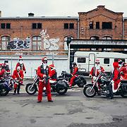 17.12.2017 Magdeburg, City Rats MfG(Motorad-fahr-Gemeinschaft).<br /> <br /> Seit mittlerweile f&uuml;nf Jahren treffen sich die City Rats am letzten Sonntag vor Weihnachten, verkleidet als Weihnachtsm&auml;nner fahren sie geschlossen auf den Weihnachtsmarkt um den Kindern S&uuml;ssigkeiten zu &uuml;berbringen. 13 Motorr&auml;der sind es an diesem Tag. &quot;Das sind nat&uuml;rlich l&auml;ngst nicht alle - viele haben ja nur ein Saisonkennzeichen&quot; meint Peter, President der Motorrad fahr Gemeinschaft.<br /> <br /> &copy;Harald Krieg