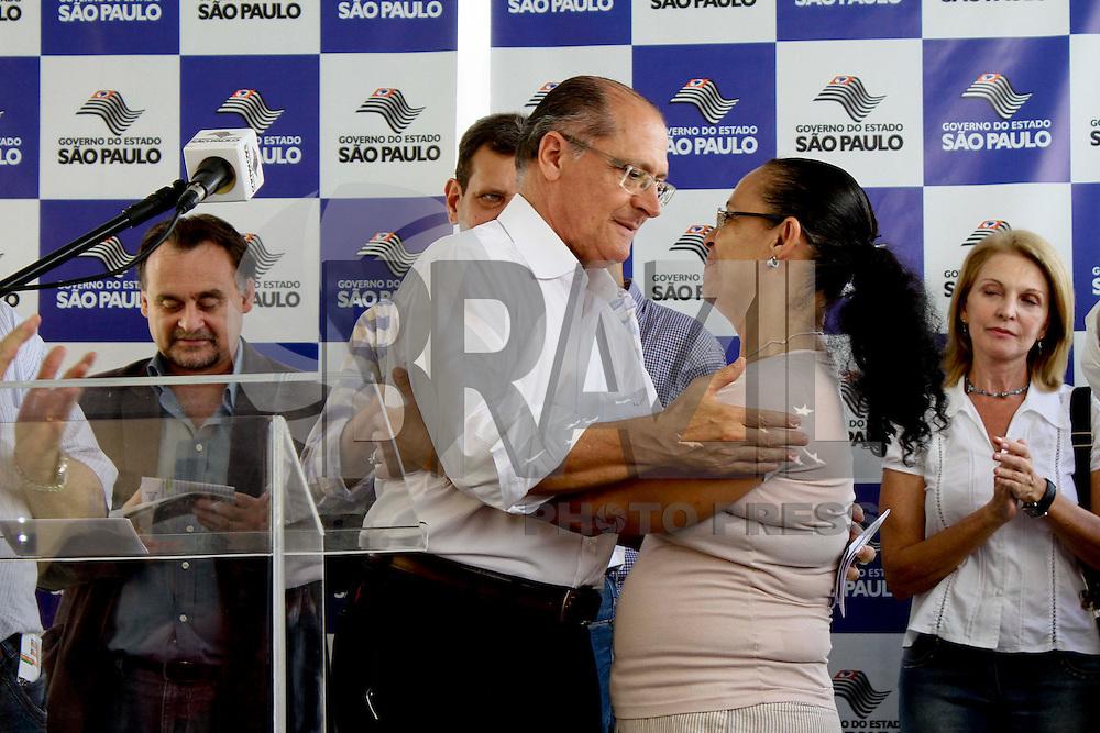 SÃO PAULO, 09 DE MARÇO DE 2013 - AGENDA GERALDO ALCKMIN - ENTREGAS APTº CDHU - O Governador Geraldo Alckmin  entrega as chaves dos 73 apartamentos a famílias originárias de cortiços na região do Bom Retiro, na manhã deste sábado(09), região de central da capital - FOTO: LOLA OLIVEIRA/BRAZIL PHOTO PRESS