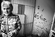 una donna anziana mostra i segni del fango all'interno della palazzina in cui abita nel comune di Benevento colpito da un'alluvione nell'ottobre 2015;<br />