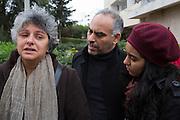 La veuve de Chokri Belaid, Bessma Khalfaoui Belaid, est conforte par des membres de son parti, devant son immeuble et lieu d'assasinat de son mari, le lendemain de l'enterrement le 9/02/2013