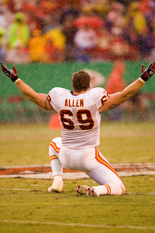 KANSAS CITY, MO - SEPTEMBER 10:  Defensive end Jared Allen of the Kansas City Chiefs celebrates a sack in the rain during a game against the Cincinnati Bengals on September 10, 2006 at Arrowhead Stadium in Kansas City, Missouri..The Bengals won 23 to 10.  (Photo by Wesley Hitt/Getty Images)***Local Caption*** Jared Allen