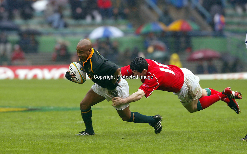 15/06/2002 Springboks vs Wales at Newlands Cape Town - Spring boks won 19-8 - Johannes Conradie  tries to avoid the tackle from Stephen Jones.<br />