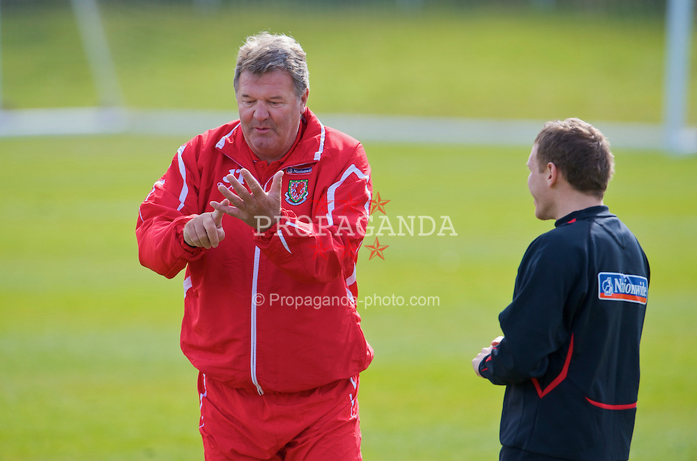 CARDIFF, WALES - Tuesday, March 24, 2009: Wales' manager John Toshack and captain Craig Bellamy during training at the Vale of Glamorgan ahead of the 2010 FIFA World Cup Qualifying Group 4 match against Finland. (Pic by David Rawcliffe/Propaganda)